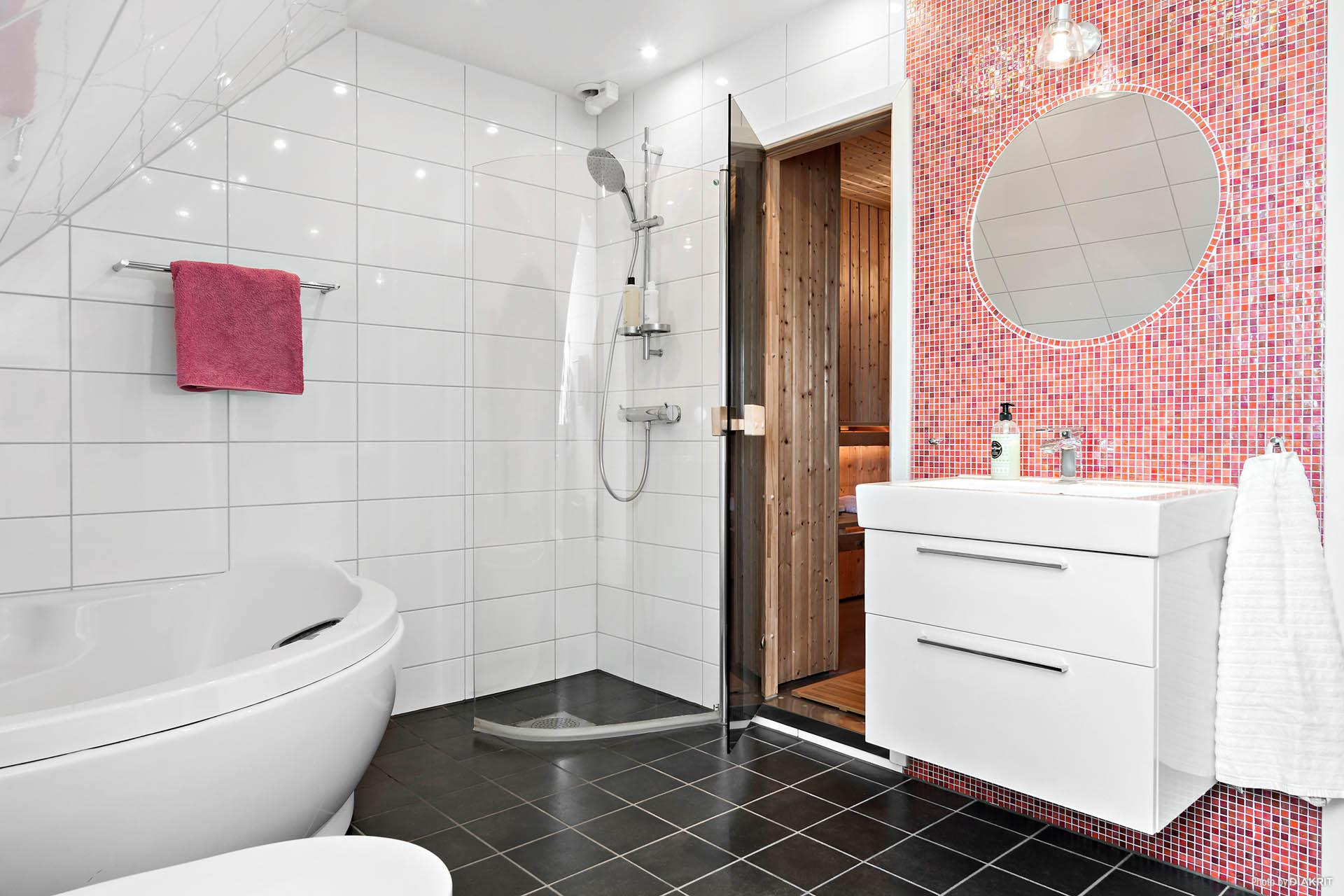 Det härliga badrummet med bastu