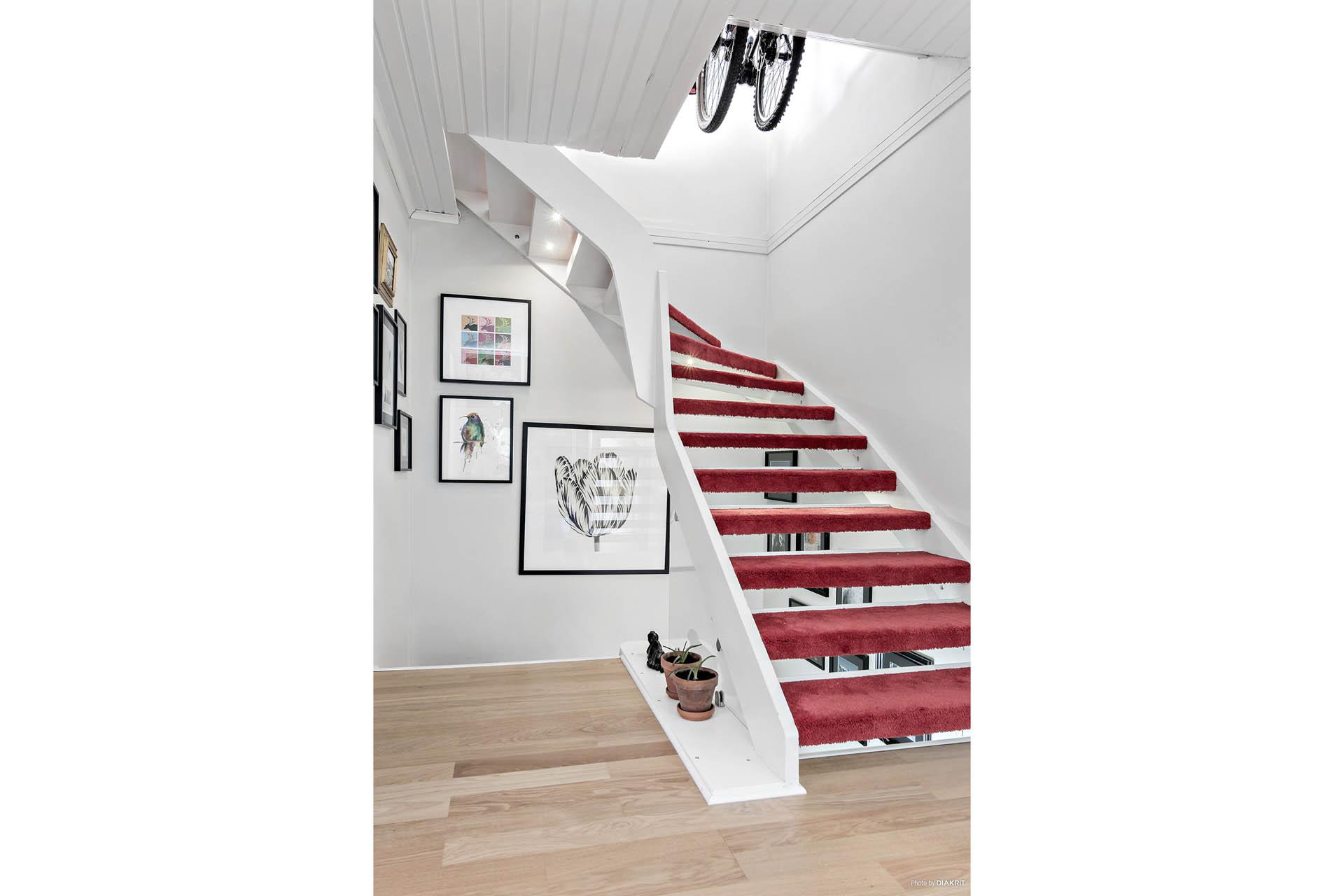 Trappan upp till 3:e vån. Här finns ett sovrum/allrum med takfönster samt vindsförvaring.