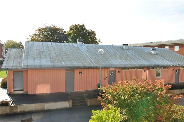 Precis utanför lägenheten finns byggnad (renoverad -07) med tvättstuga, bastu och solarium