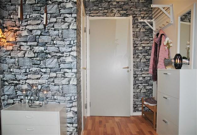 Hallen i vinkel. Intilliggande badrum och klädkammare