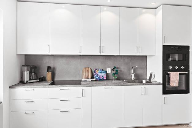 Nyrenoverat kök med stilrena och tidlösa materialval