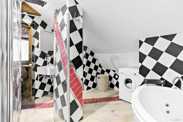 Helkaklat badrum på övre plan med bastu, dubbla duschar och badkar