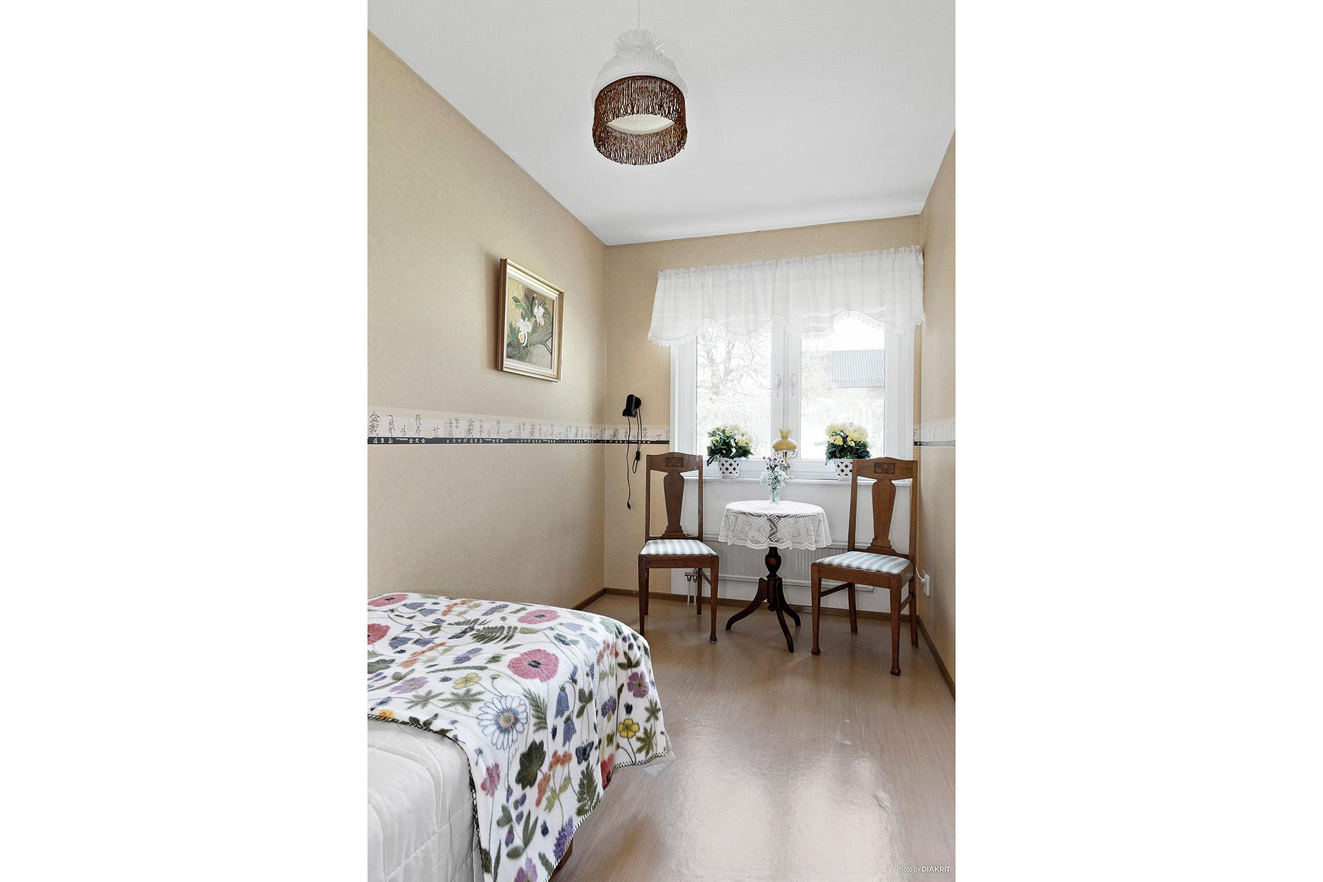 Sovrum med plats för enkelsäng