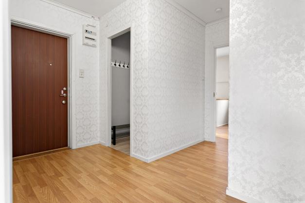 Rymlig hall med garderob och avskärmad del för ytterkläder