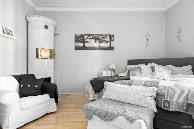 Master Bedroom med kakelugn