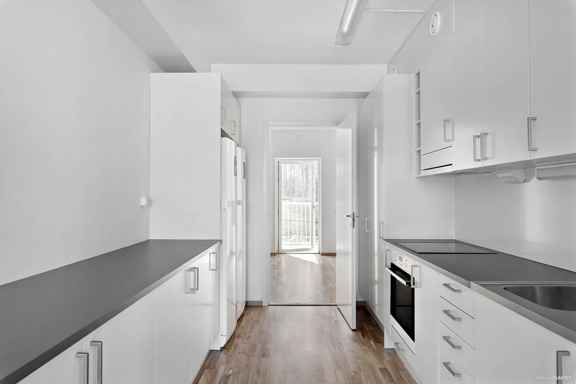Från kök mot sovrum och balkong