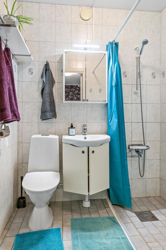 Duschrum med plats för tvättmaskin.