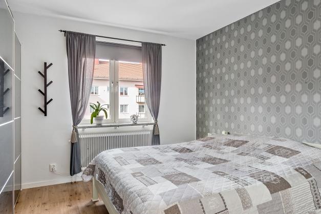 Sovrum 1 med stor garderobsvägg.