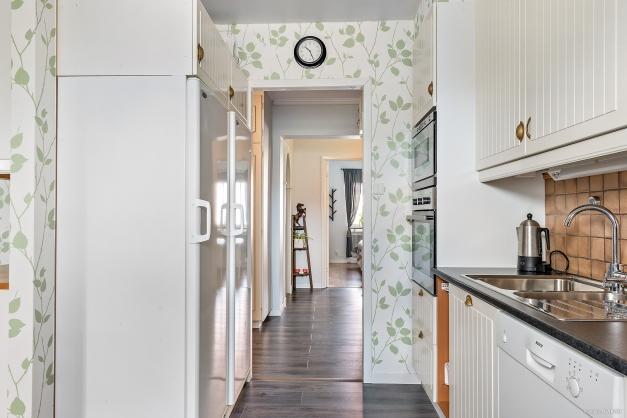 Kök med inbyggnadsugn/mikro samt stor kyl & frys.