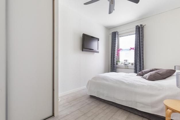 Sovrum 1 med skjutdörrsgarderob