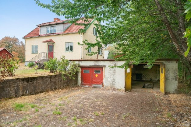 Villa med stort garage försett med smörjgrop.