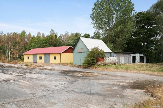 Maskinhall, garage och förrådsbyggnader