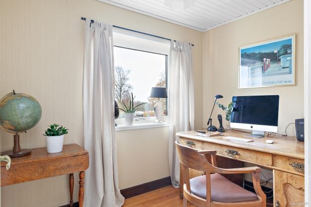 Arbetsrum eller ytterligare ett sovrum i entréplanet.