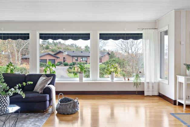 De stor och många fönsterpartierna tillför mycket ljus.