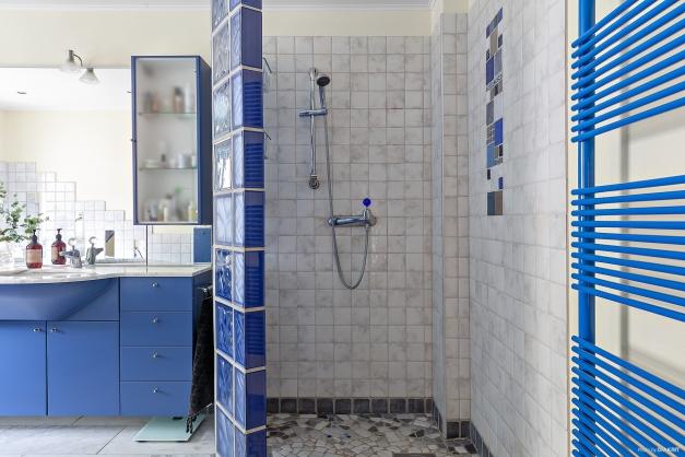 Här finns båda badkar och dusch.