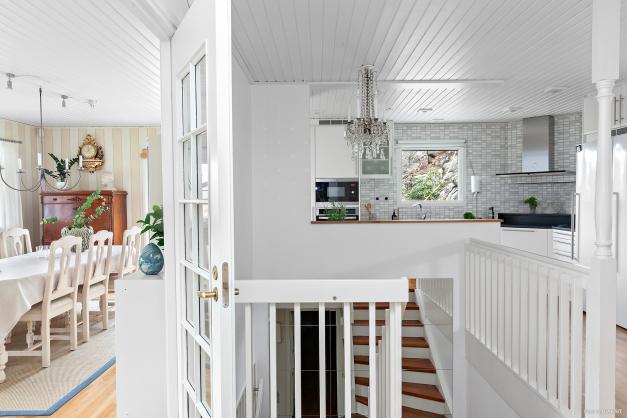 Trappa från entréplanet leder er upp till övervåningen. Här finns kök, vardagsrum med stor matplats, tre sovrum samt badrum.