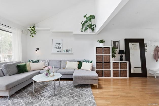 Rymligt vardagsrum med en enastående takhöjd