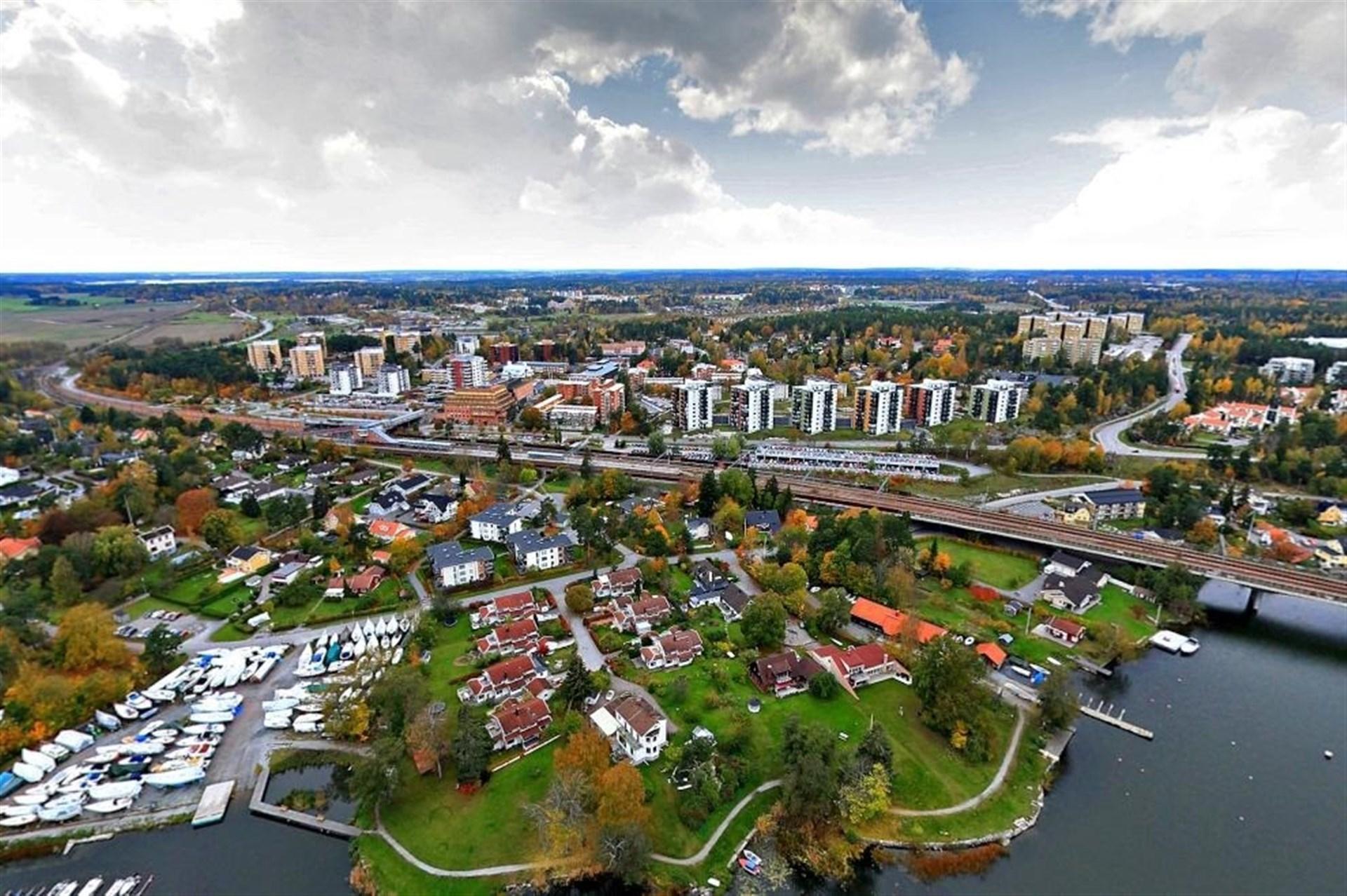 Kungsängen centrum med pendeltåg mot Stockholm och Bålsta