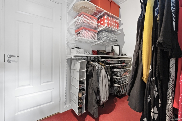 Klädkammare med garderobsinredning ELFA system