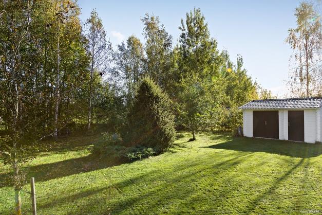 Två redskapsbodar - en större i trädgården och en mindre bakom garaget.