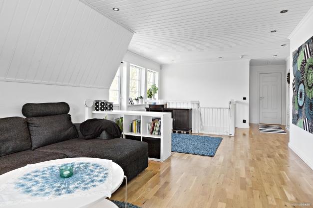 Övre plan - allrum - för sällskapet som behöver ett sovrum till så går det att sätta upp en vägg och dela av allrummet