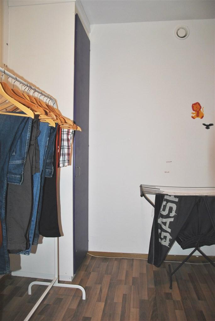 I anslutning till hallen finns en klädkammare/förråd