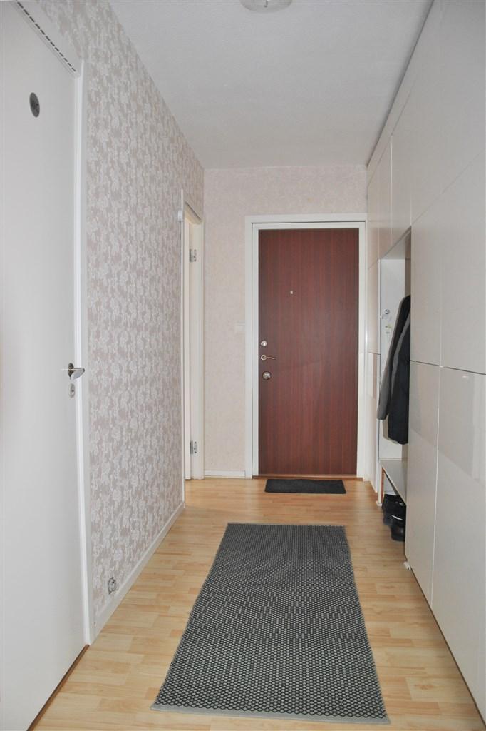 Rejäl garderobsmöbel och plats för avhängning ytterkläder