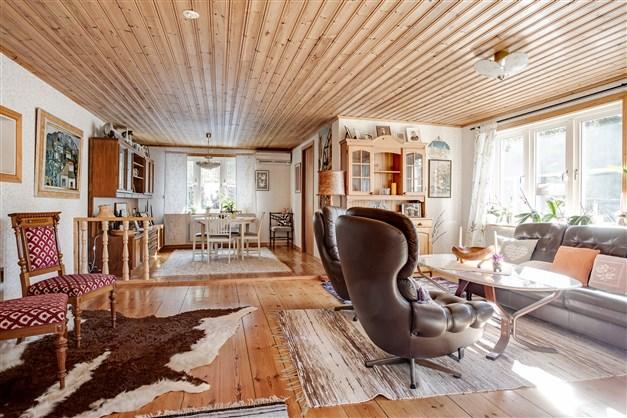 Stort härligt vardagsrum med fint plankgolv.