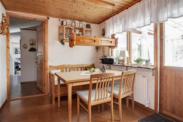 Från köket finns utgång till altan under tak.