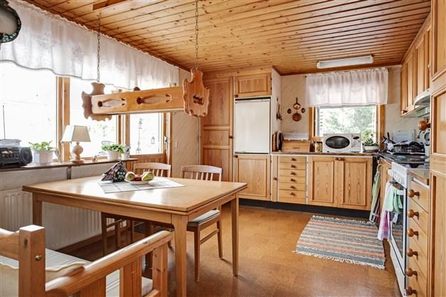 Kök med köksluckor i furu.