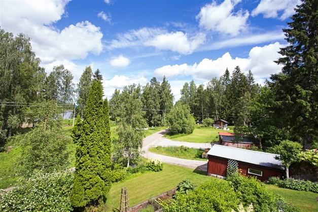 Från villan har man fin utsikt ner över området och sjön.