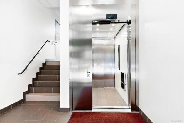 Hissen tar dig bekvämt upp till lägenheten.