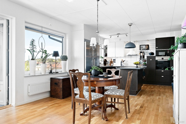 Vardagsrum, matplats och kök i öppen planlösning