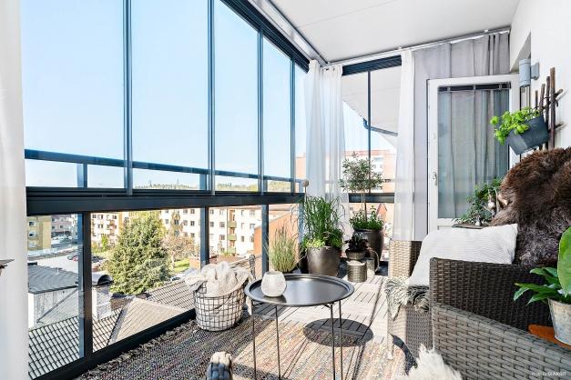 Välkommen till Nygatan 8C! Här finns en fantastisk inglasad balkong med soligt läge och vy ut över takåsarna.
