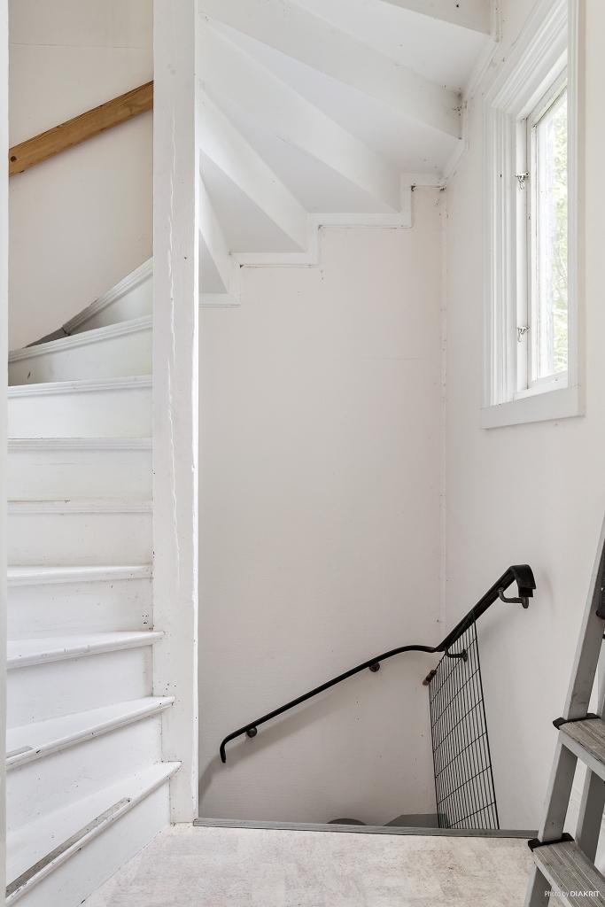 Inre hall med trappa ner till källare samt upp till övervåning