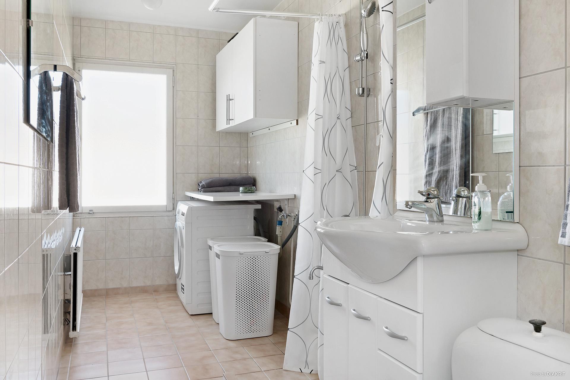 Helkaklat badrum med kombinerad tvättmaskin/torktumlare