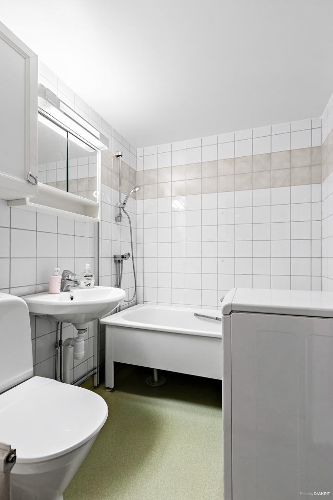Ljust badrum med tvättmaskin
