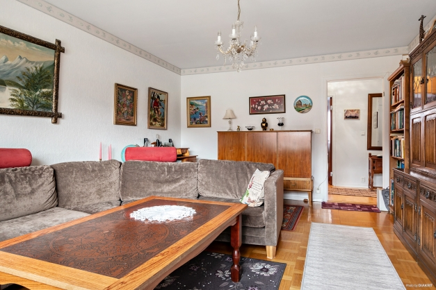 Vardagsrum med vy ut mot hall och sovrum