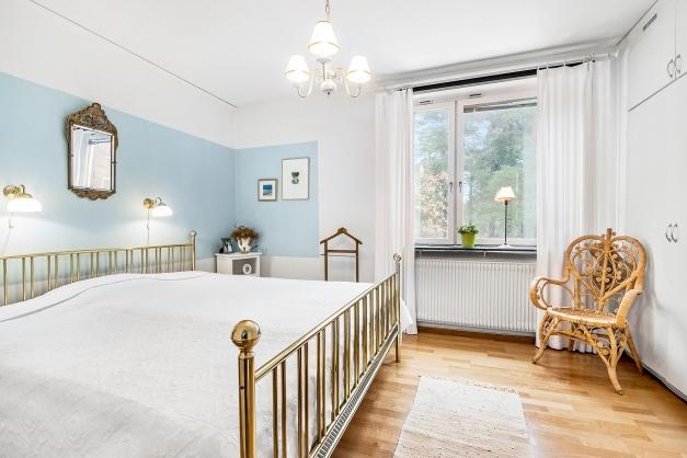Master bedroom med ogenerad utsikt