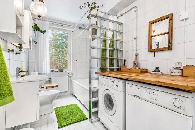 Stora badrummet med tvättmaskin och torktumlare