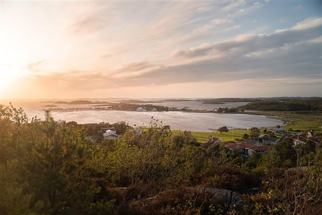 Utsikt från berget till höger om fastigheten.