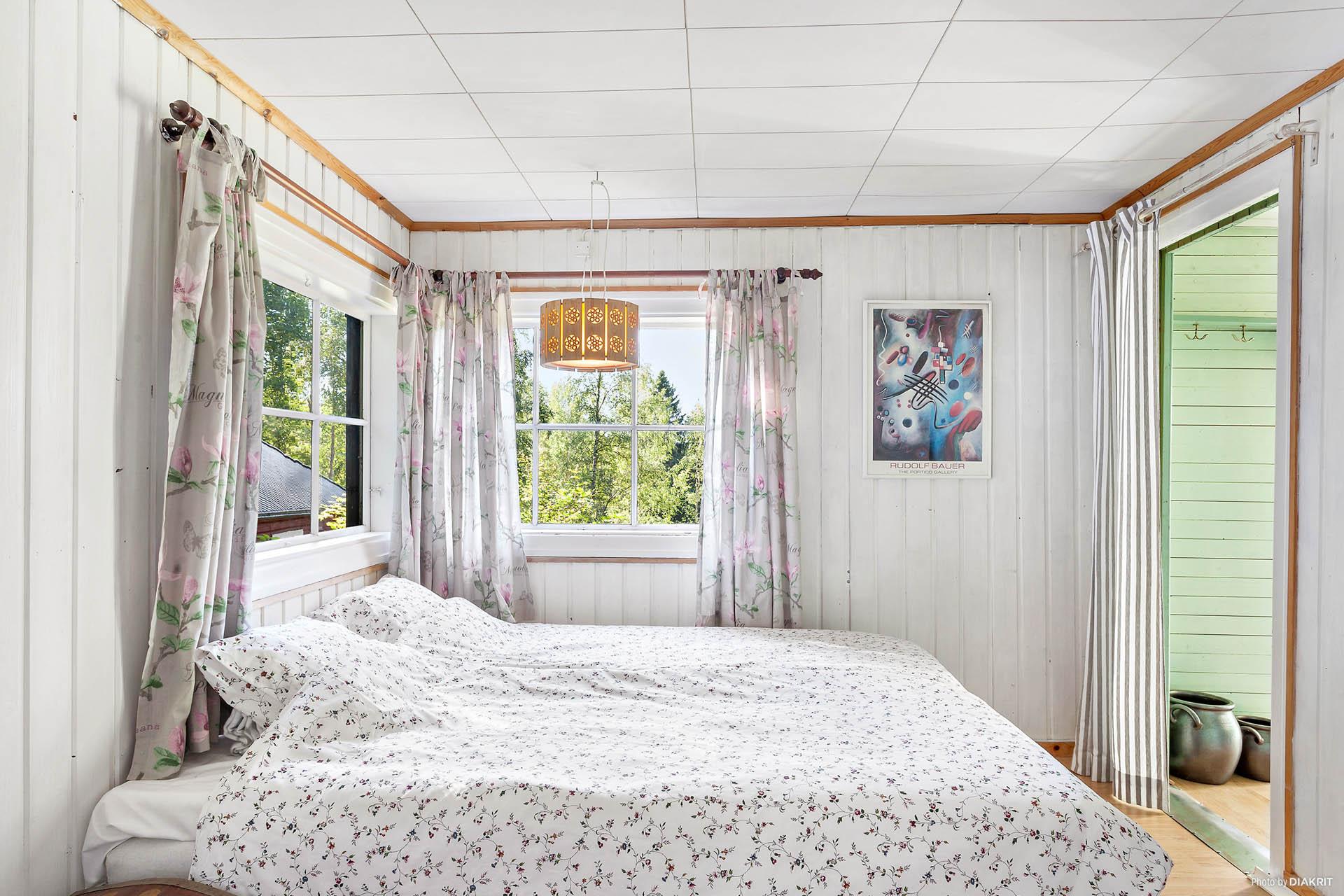 Sovrum i angränsning till hall och kök