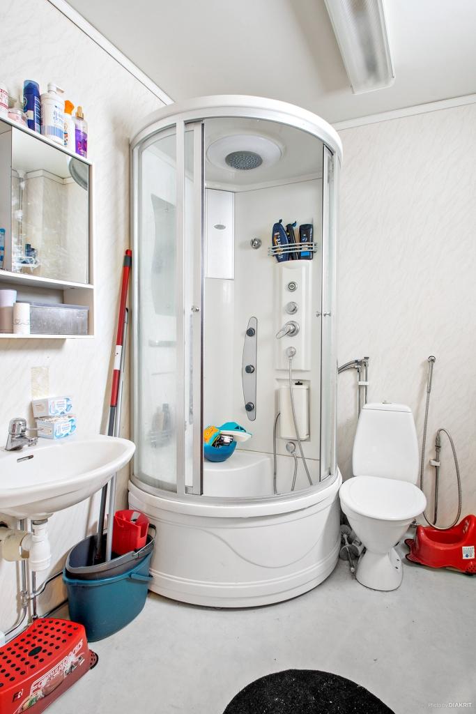 Duschrum i lägenhet på entréplan med skyddande duschkabin