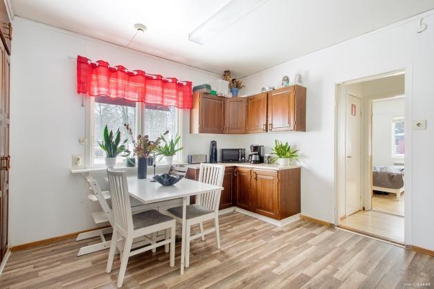 Naturlig matplats vid fönster i kök på lägenhet i entréplan