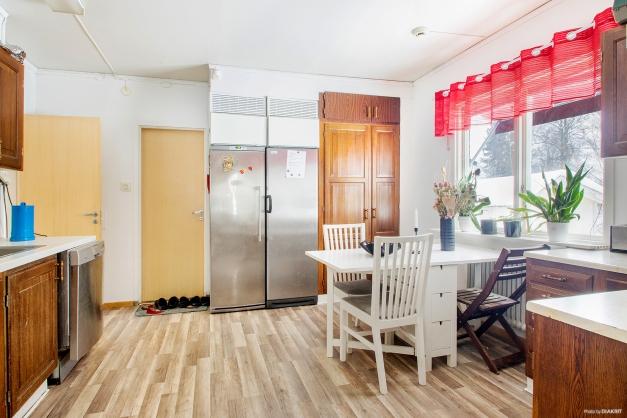 Kök i lägenhet på entréplan med bl.a diskmaskin och kyl- och frysskåp i fullhöjd.