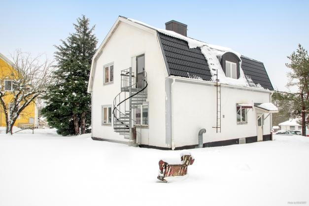 Stor tvåfamiljsvilla i 1 1/2 plan med källare. Flera stora underhåll är utförda med bland annat utvändigt tak och dränerad källare