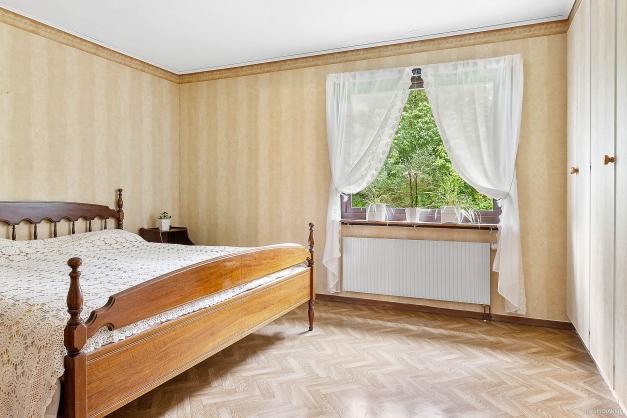 Rymligt sovrum på entréplan