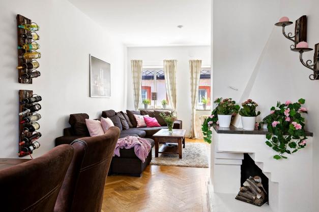 Härligt vardagsrum med vita väggar och vacker fiskbensparkett!