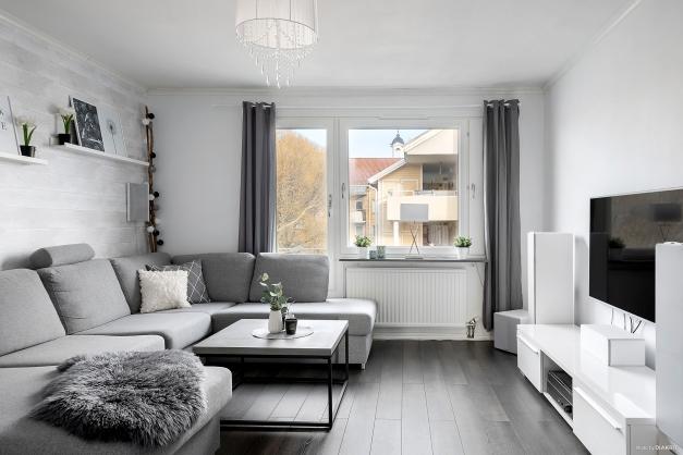 Vardagsrum med stora fönster och fint ljusinsläpp