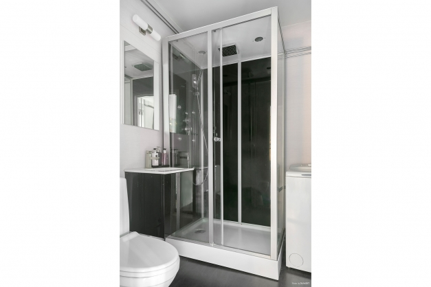 Fräscht duschrum med duschkabin med massagedusch